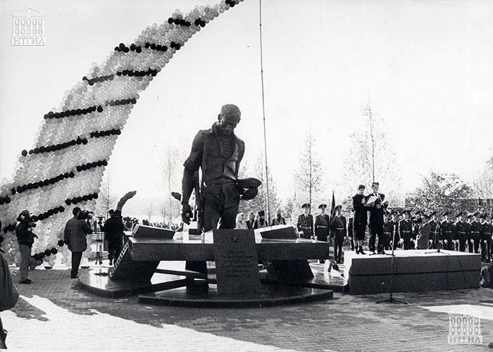 Открытие памятника воинам-тагильчанам, погибшим в локальных войнах. 1999 год. (НТГИА. Коллекция фотодокументов.Оп.1П.Д.2248)