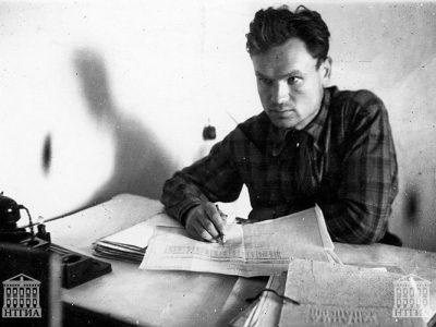 В.А. Клабуков за письменным столом. г. Нижний Тагил. 1950-е гг. (НТГИА. Ф.708.Оп.2Ф.Д.15)