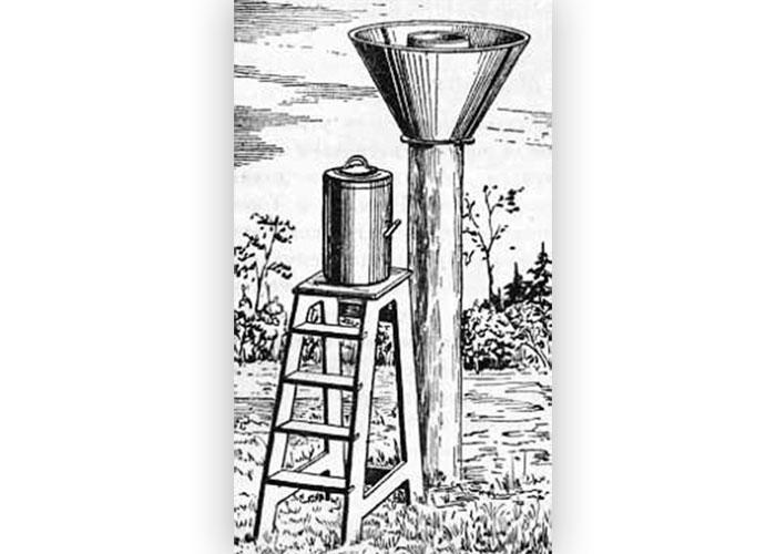 Дождемер. Слева вид самого дождемерного сосуда; справа - дождемер, установленный на столбе и окруженный защитой