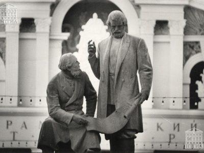 Памятник Е.А. и М.Е. Черепановым. 1990-е годы. (Коллекция фотодокументов.Оп.1П.Д.2396)