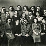 Коллектив Нижнетагильского Гормолзавода; среди присутствующих: в третьем ряду сверху, 3-я слева – Т.Г. Барон. 1952-1953 годы. (Личный архив Т.Г. Барон)