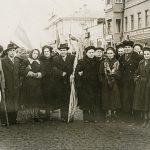 Руководители Нижнетагильского Гормолзавода во время праздничной демонстрации, г. Нижний Тагил; среди присутствующих: 4-я справа – Т.Г. Барон. 1957 год. (Личный архив Т.Г. Барон)