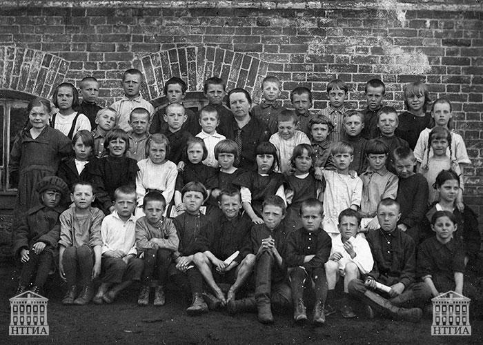 Учащиеся Нижнетагильской семилетней школы № 5. 1926 год. (НТГИА. Ф.700.Оп.2ФП.Д.41.Л.1)
