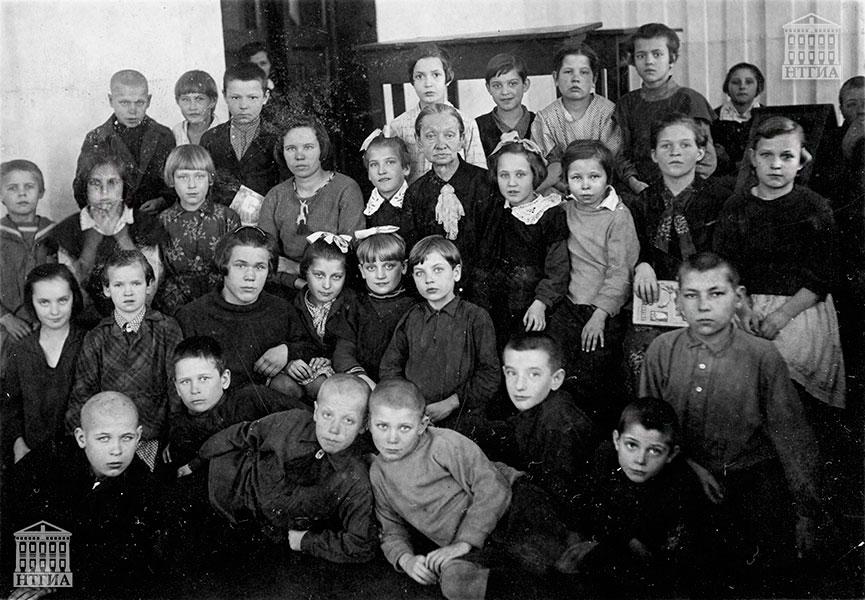 Ученики 3-го класса начальной школы № 12 с преподавателем. 1937 год (Фотография из личного архива Л.Н. Гавриловой)