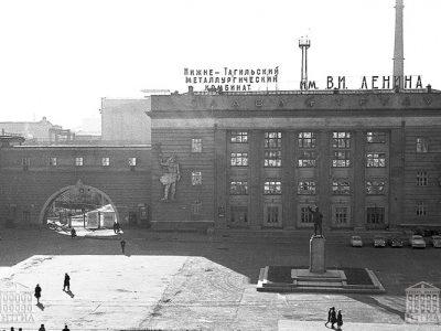 Панорама площади и центральной проходной НТМК. 1967 год. (НТГИА. Коллекция фотодокументов.Оп.1Н1.Д.2414)