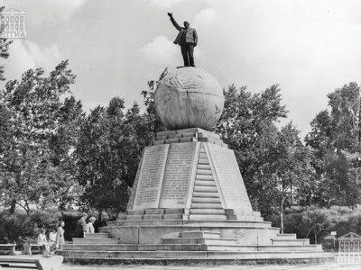 Памятник В.И. Ленину, установленный в 1925 году. 1980 год. (НТГИА. Коллекция фотодокументов.Оп.3ФП.Д.18)