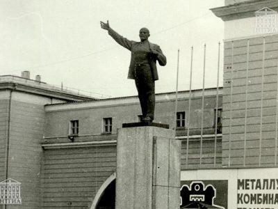 Памятник В. И. Ленину на площади у проходной Нижнетагильского металлургического комбината г. Нижний Тагил. 1972 год. (НТГИА. Коллекция фотодокументов.Оп.1П.Д.1435)
