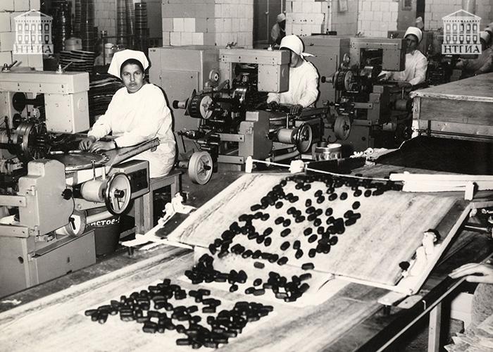 Конфетный цех Нижнетагильской кондитерской фабрики. [1970-1980-ее] годы. (НТГИА. Коллекция фотодокументов.Оп.1П.Д.1965)