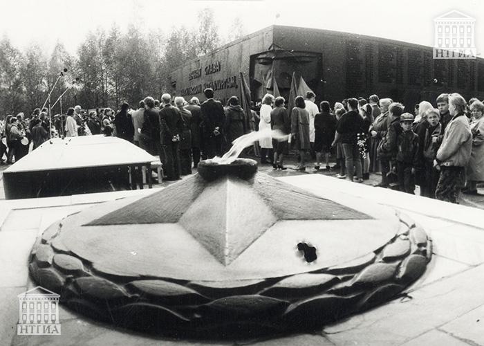 Возложение цветов горожанами к мемориалу тагильских металлургов в Тагилстроевском районе. 1990-е годы. (НТГИА. Коллекция фотодокументов.Оп.1П.Д.2030)