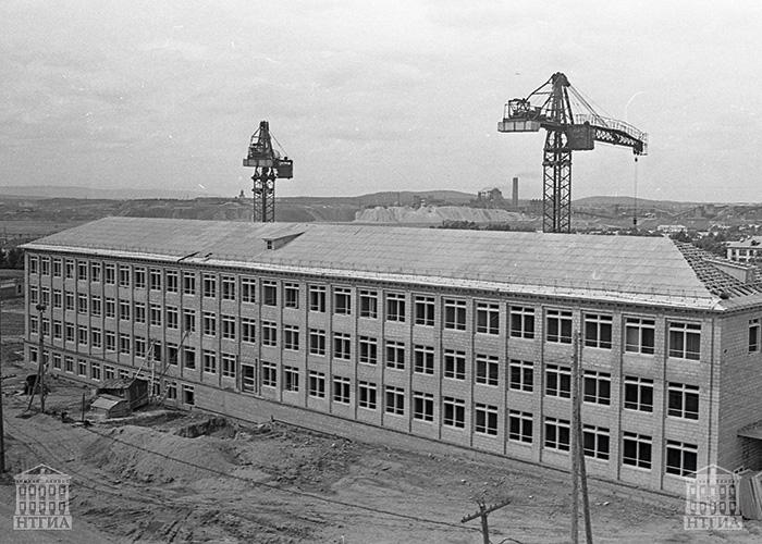 Строительство школы № 12 на Красном Камне. 1965 г. (НТГИА. Коллекция фотодокументов.Оп.1Н1.Д.2232)