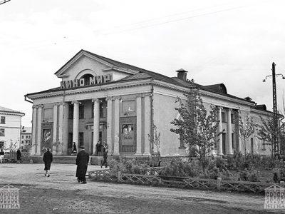 Вид здания кинотеатра «Мир». 1960 год. (НТГИА. Коллекция фотодокументов.Оп.1Н1.Д.2475)
