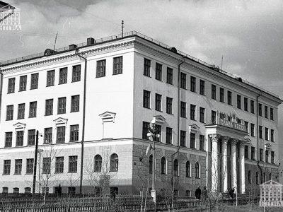 Здание Нижнетагильского строительного техникума. 1963 год. (НТГИА. Коллекция фотодокументов.Оп.1Н1.Д.2618)