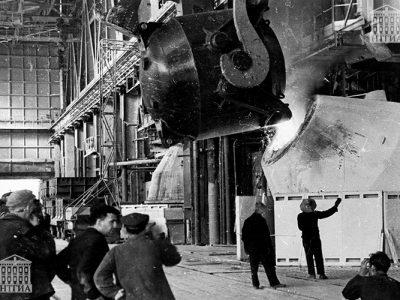 Розлив чугуна в кислородно-конверторном цехе НТМК. 1960-е годы. (НТГИА. Коллекция фотодокументов.Оп.1П.Д.1797)