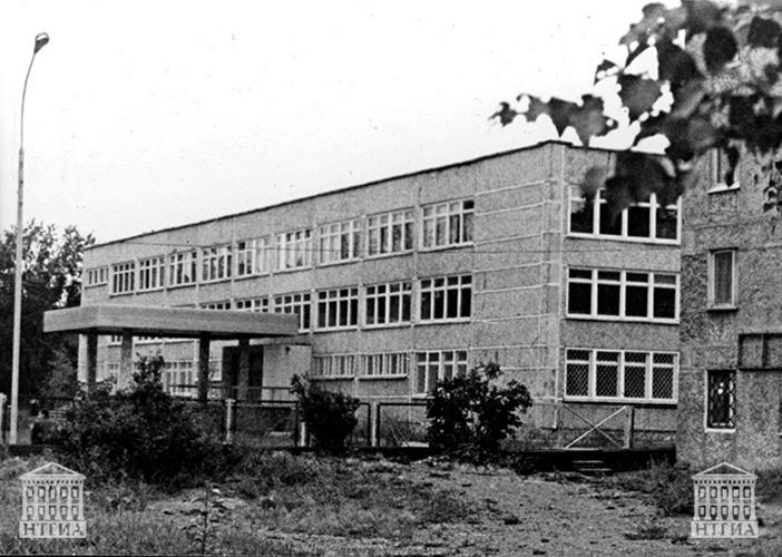 Вид здания школы № 5. 1992 год. (НТГИА. Коллекция фотодокументов.Оп.1П.Д.394)