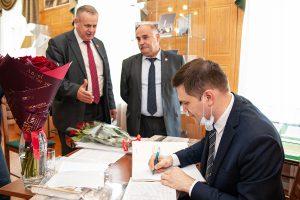 И.В. Базилевич, В.Г. Суров, А.А. Драчев в момент подписания книги автором